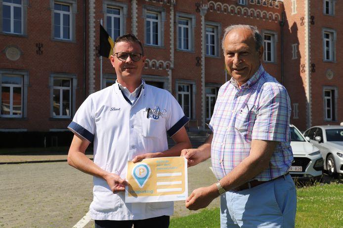 Zorgverstrekker Bart Nevens en Walter Zelderloo stellen zorgparkeren voor.