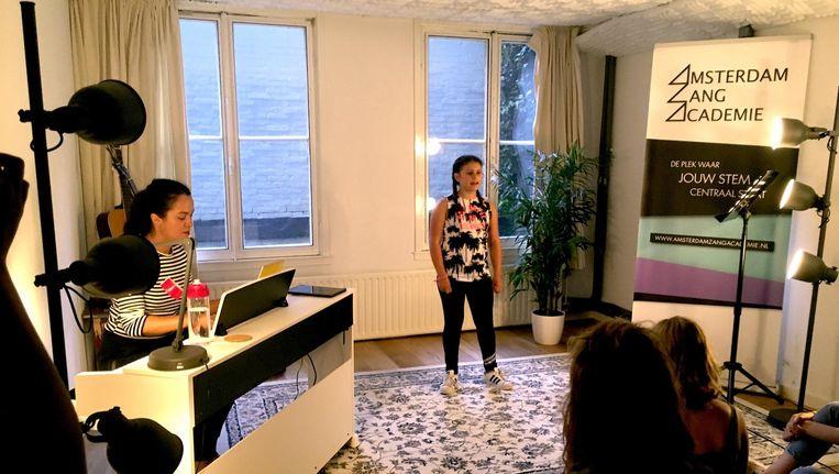 Foto van de zangruimte tijdens een kleine opvoering met lerares Joyce op links (de schrijver is niet in beeld). Beeld Zangacademie Amsterdam