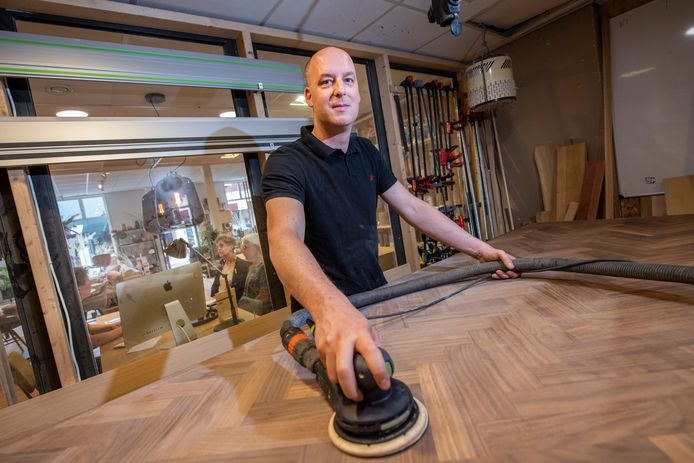 Meubelmaker Joost van Wortel van Wortelwoods zit in het centrum van Apeldoorn en doet zijn werk in een open werkplaats; klanten in de winkel kunnen hem en vier collega's op de vingers kijken.