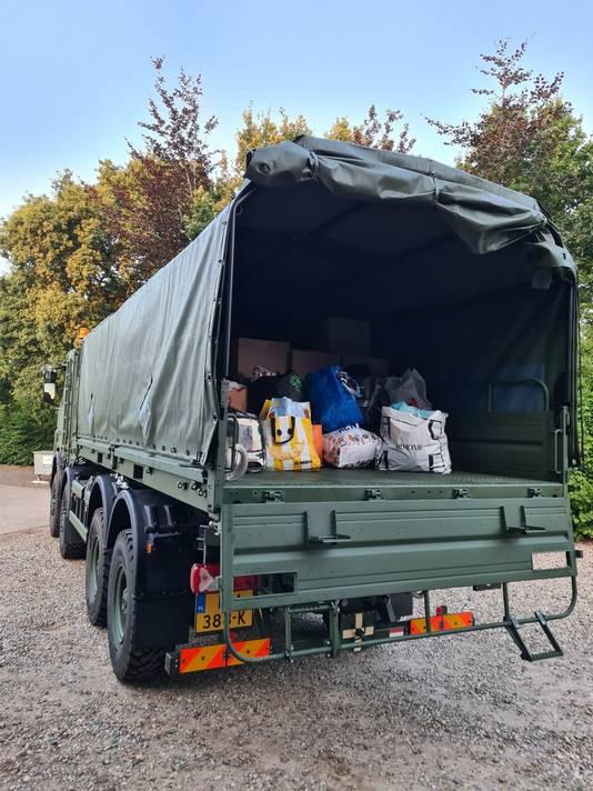 Een volle vrachtwagen met kleding bij de legerplaats