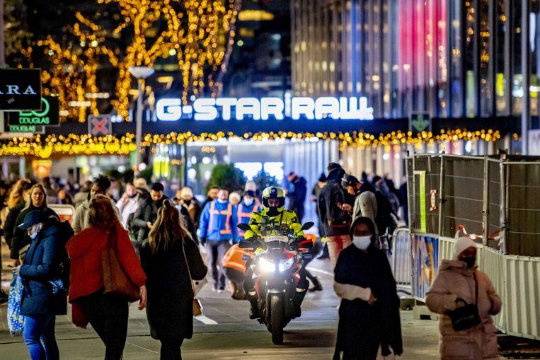 Een drukke winkelstraat in Rotterdam op de donderdag voor Pakjesavond. Beeld ANP