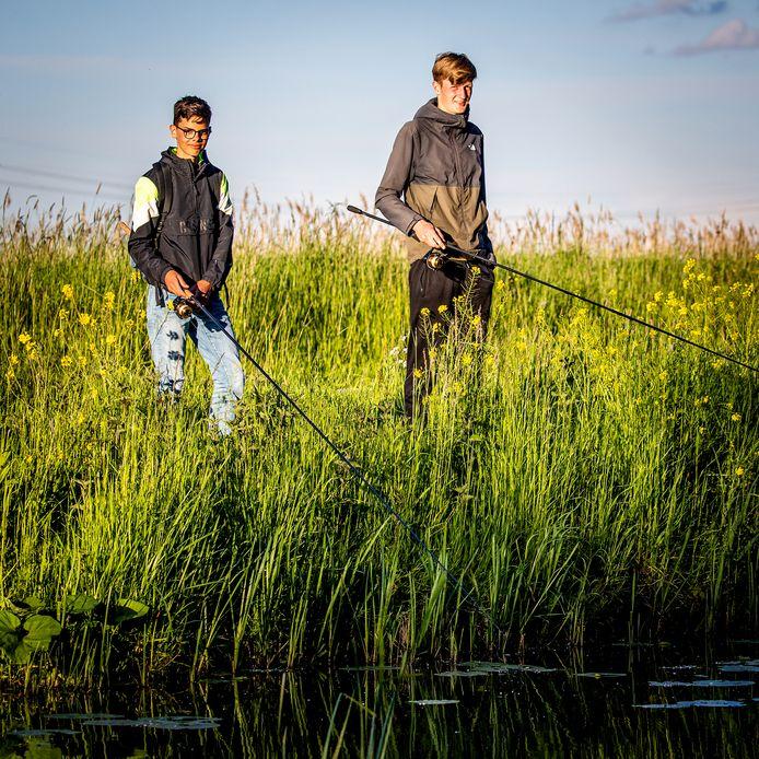 """Karpervissers Mark Lock en Arnoud Schipper hebben al tal van uren langs de waterkant doorgebracht. ,,Het is ook de spanning. Als je een mooie of grote karper ziet en het lukt om die te vangen, dan is dat prachtig."""""""