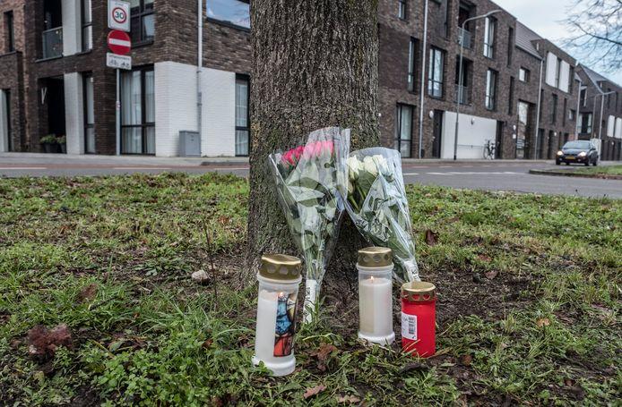 In de Brugstraat in Gennep op de plek waar een vrouw van 69 om het leven kwam bij een ongeval zijn kaarsen en bloemen neergezet ter nagedachtenis.