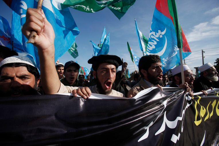 Supporters van de politieke en religieuze partij Jamat-e-Islami protesteren tegen de executie van oppositieleider Mollah vorige week donderdag. Beeld REUTERS
