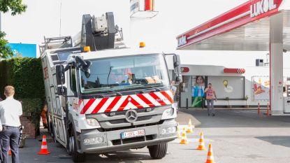Vrachtwagen zakt weg in zinkgat