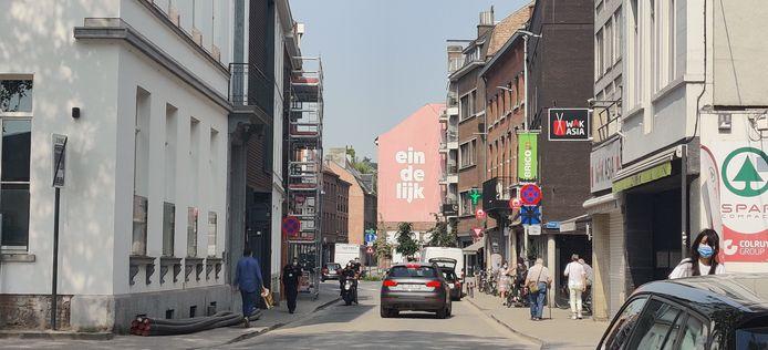 'Eindelijk', zoals het in vele steden in het straatbeeld opduikt.