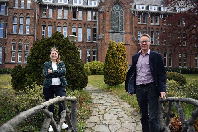 Lieve Smeulders en Walter D'Hoore stellen alles in het werk om alle leerlingen van het Heilig Hartinstituut mee te kunnen nemen op een grootscheepse schoolreis die nooit eerder werd ondernomen.