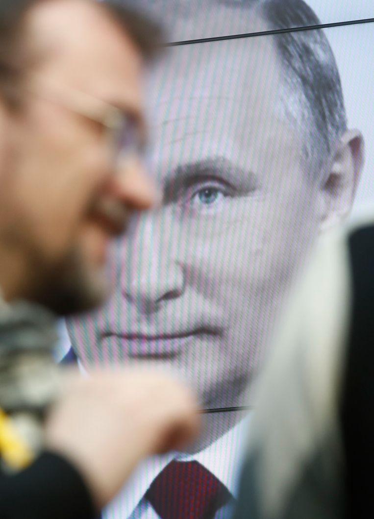 Een affiche van  Russische president Poetin. Beeld REUTERS