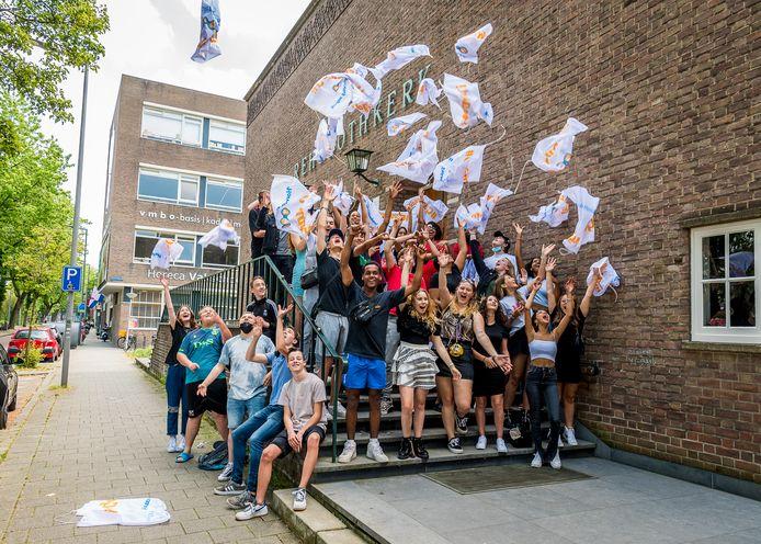 Geslaagd! De studenten van de Horeca Vakschool Rotterdam aan de Noordsingel gaan uit hun dak, nadat ze - een week later dan hun leeftijdsgenoten op andere scholen - hun diploma hebben gehaald. Het feest is er niet minder om.