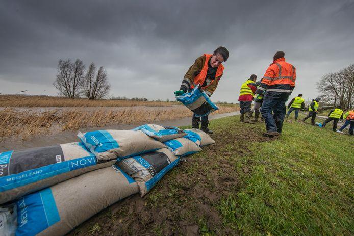 Storm in Nederland. Op de Mandjeswaard/Kampereiland werd voor het eerst de KEI-brigade ingezet om de dijk te verstevigen met (metsel) zandzakken.Foto Freddy Schinkel, IJsselmuiden © 030118