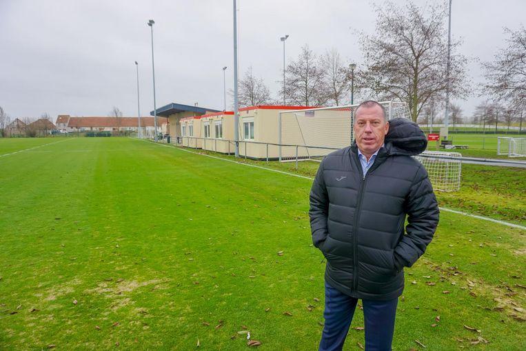 Sportief directeur Luc Devroe op de plaats waar naast het veld het oefencomplex zou komen.