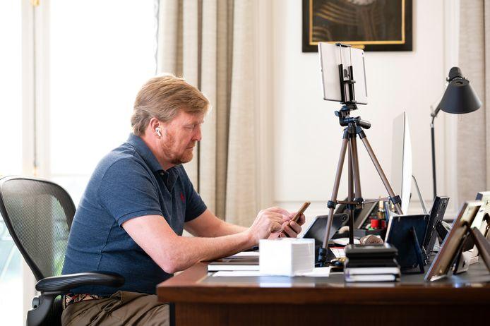 In de werkkamer van koning Willem-Alexander wordt veel overlegd gepleegd via telefoon en videobellen.