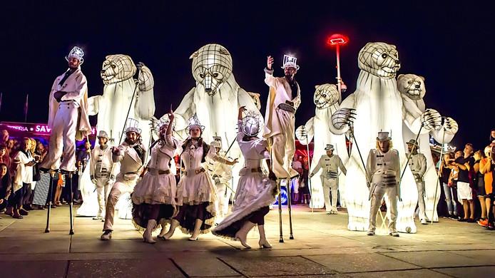 Deventer op Stelten 2018 heeft een parade met vier meter hoge beren op de Brink dit jaar.