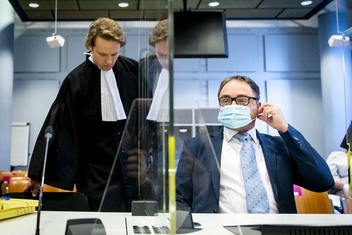 Horecaondernemer Michael Meeuwisse (r) en advocaat Simon van Zijll in de rechtbank vanmorgen. Ze eisten dat de gedwongen coronasluiting werd opgeheven, maar de rechter ging daar niet in mee.