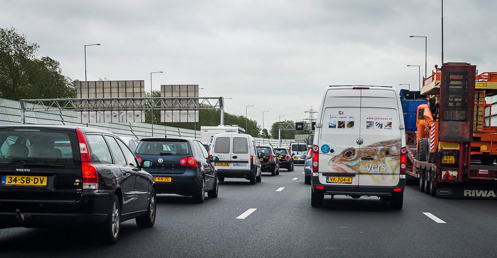 De A1 van Amsterdam richting Apeldoorn is dicht tussen Barneveld na een ongeluk.