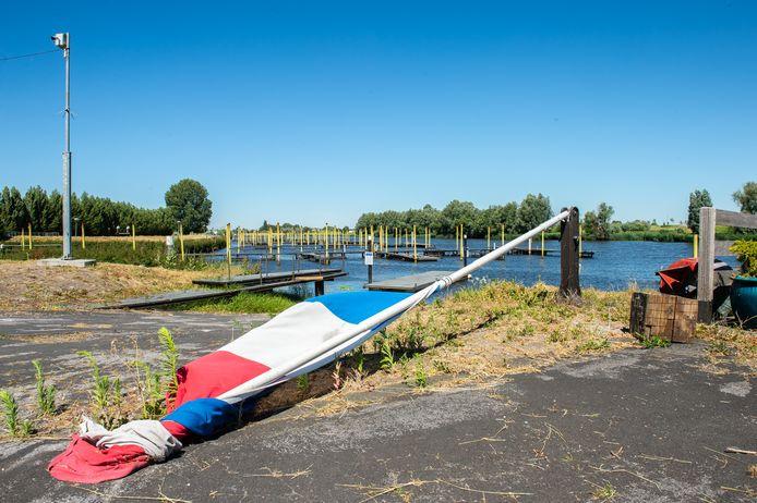 Jachthaven Hermenzeil te Raamsdonk is totaal vervallen. Foto René Schotanus/Pix4Profs
