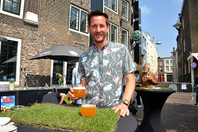 Merz-eigenaar Ferry de Klerk proeft een van de speciaalbiertjes.