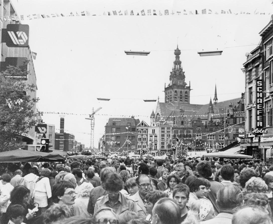 Drukte op Grote Markt in Nijmegen tijdens de Zomerfeesten op 16 juli 1980.