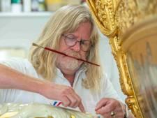 Deze meesterschilder uit Ossenzijl tovert met bladgoud bij restauratie Gouden Koets: 'Prachtig om te doen'