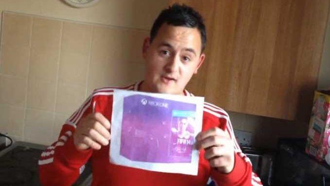 Peter Clatworthy (19) met de foto van de spelconsole waarvoor hij 540 euro neertelde.