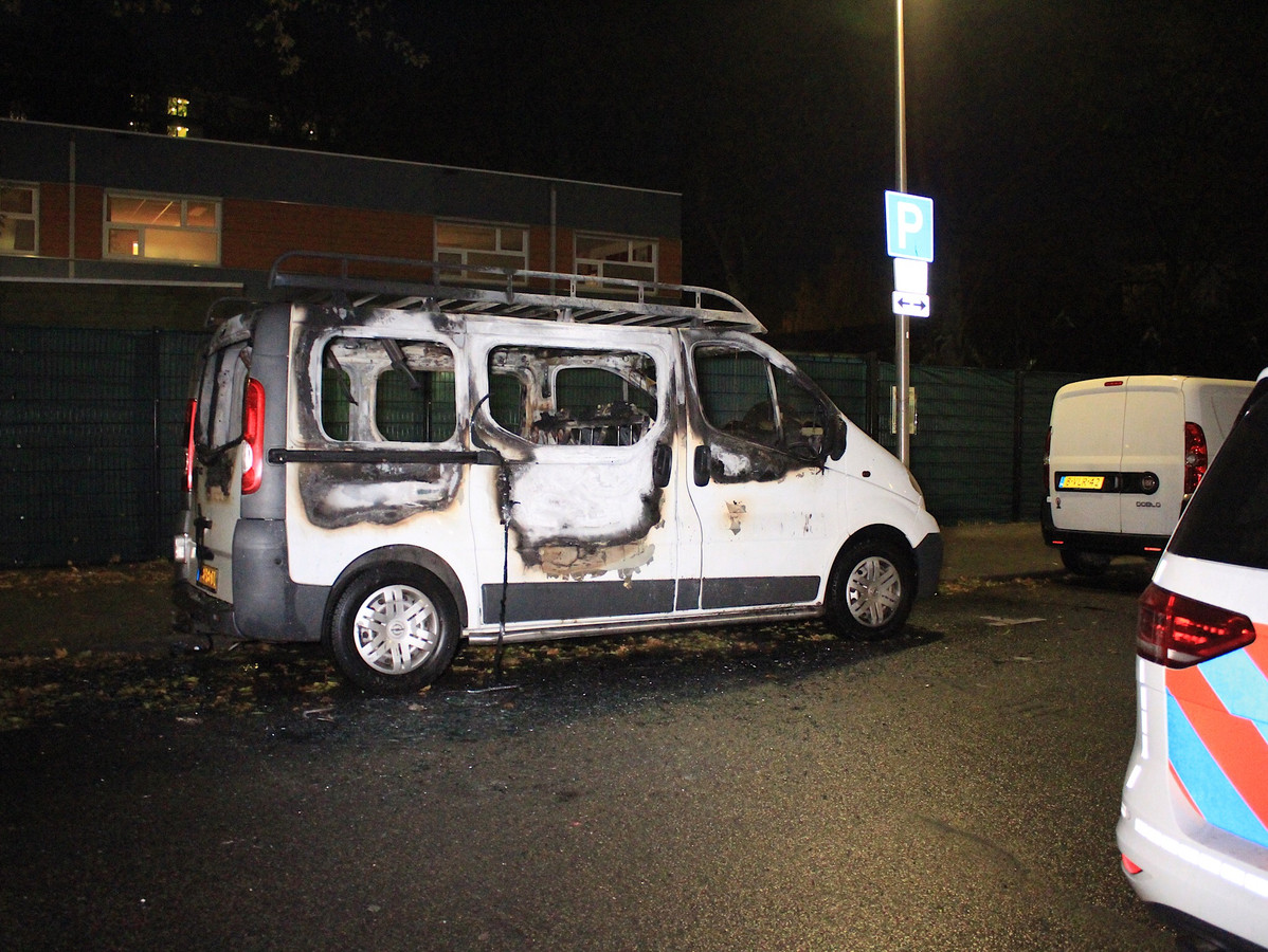 Op de Stroyenborchdreef in Utrecht Overvecht brandde een auto uit.