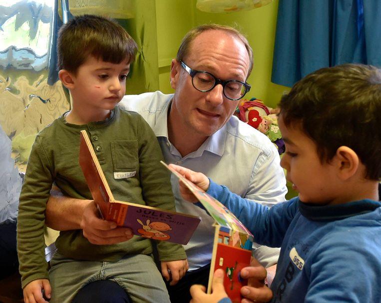 """Om zijn pleidooi voor taaltesten kracht bij te zetten, schoof Weyts gisteren aan bij de kleuters van De Groene Planeet in Vilvoorde. """"Tot 80% van de leerlingen hier is anderstalig"""", aldus de onderwijsminister."""