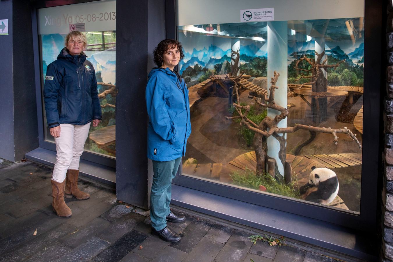 Met behulp van onder meer de Rhenense panda's moet het lesprogramma 'Bio-diversi-WAT?!' kinderen kennis bijbrengen over biodiversiteit. Hoofd dierenverzorging José Kok (links) benaderde de WUR voor een samenwerking: Rebekah Tauritz ontwikkelde mede het lesprogramm