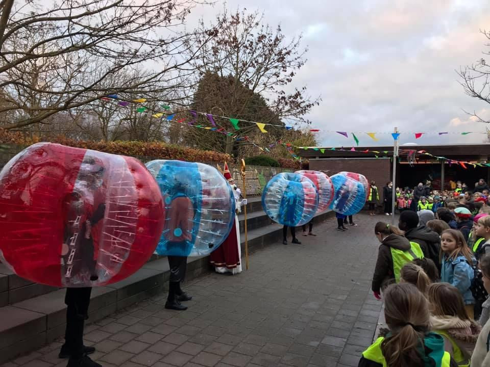Sinterklaas en zijn 'bubbelpieten' op bezoek in Vrije Basisschool De Twijg in Leuven