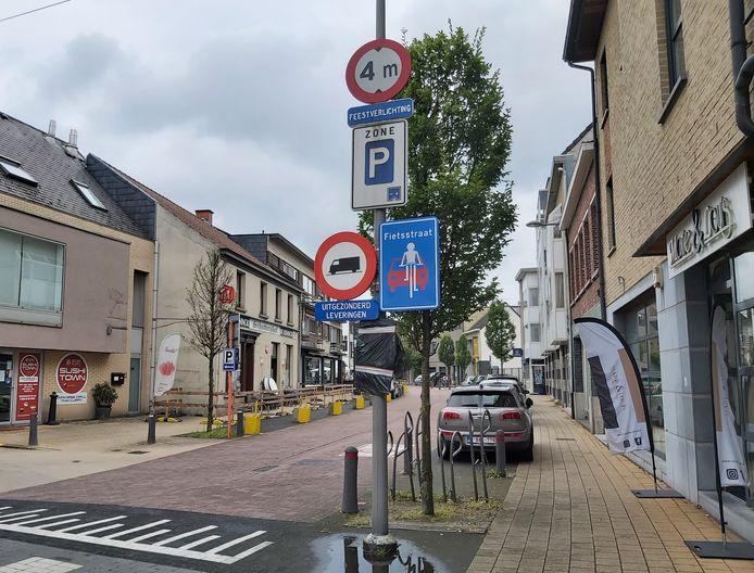 De signalisatie van de fietsstraat in de dorpskern van Schelle.