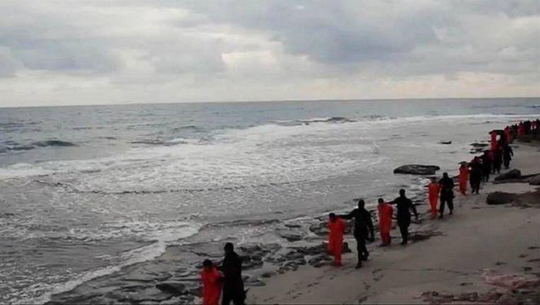 Beeld uit Libische IS-film van vorige maand, waarin koptische christenen worden onthoofd. Beeld AP