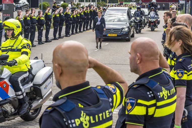 Agenten vormen een erehaag voor hun collega Arno, die om het leven kwam na een aanrijding door een vrachtwagen in het Waalhavengebied. Beeld ANP