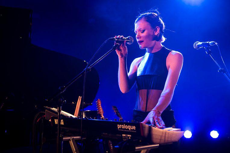 Trixie Whitley zoals we haar beter kennen: als muzikant op Les Nuits Botanique in Brussel. Beeld Koen Keppens