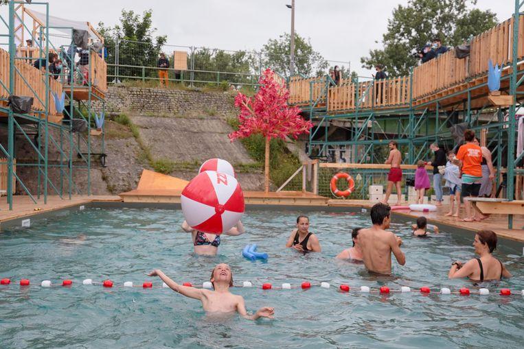 Het tijdelijke openluchtzwembad Flow in Brussel. Pinar Akbas: 'De uitbater van Flow heeft de noden van de lokale vrouwelijke bevolking goed begrepen.' Beeld Photo News