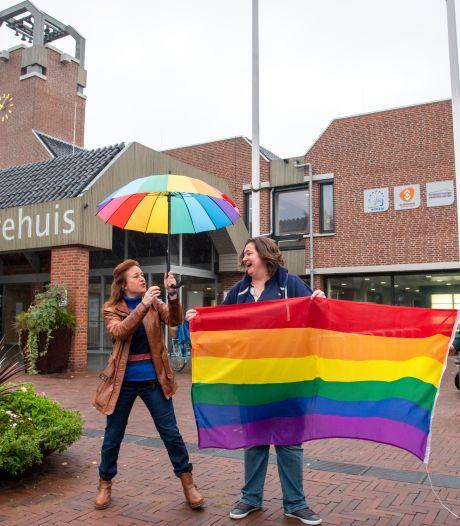 Veluwe langzaam overstag: ook Ermelo en Heerde voeren nu de regenboogvlag rond Coming-Outdag
