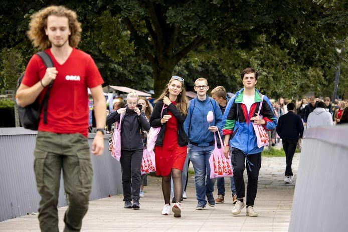 Foto ter illustratie. Eerstejaars studenten tijdens de start van de introductieweek UIT van de Hogeschool Utrecht en Universiteit Utrecht.