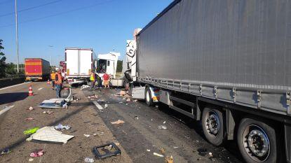 E17 richting Kortrijk volledig afgesloten door ongeval met verschillende vrachtwagens in Destelbergen