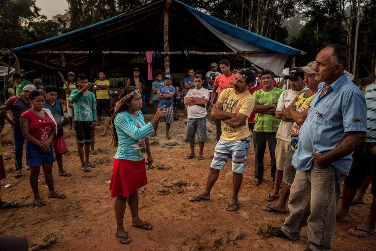 Munduruku-stamleden confronteren de illegale mijnwerkers en hun overste, Amarildo Dias Nascimento (r.). Die laatste zegt dat ze geen andere keuze hebben.   Beeld NYT