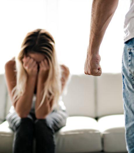 Oproep: 'Blijf niet binnen bij huiselijk geweld, al is er een avondklok. En bel!'