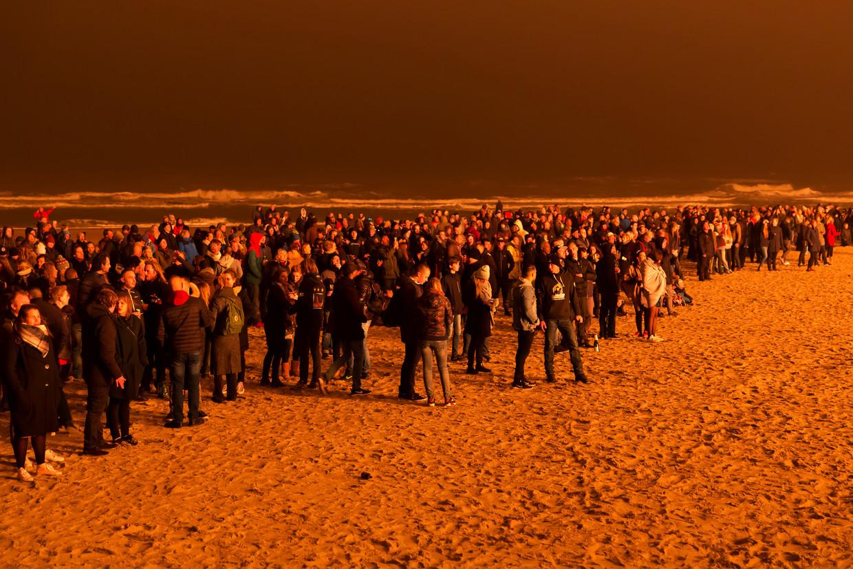 Toeschouwers van het vreugdevuur van Duindorp kort na middernacht op 1 januari 2017. Beeld Jurriaan Brobbel