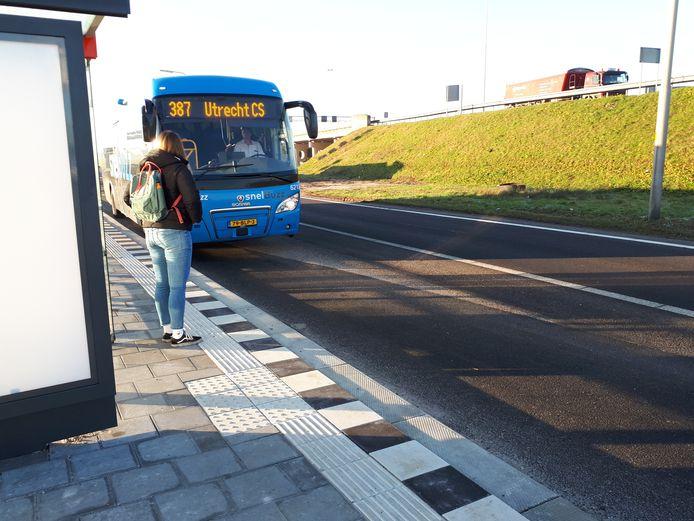Wachtende passagier bij bushalte A27, Meerkerk. Lijn 387 Gorinchem-Utrecht