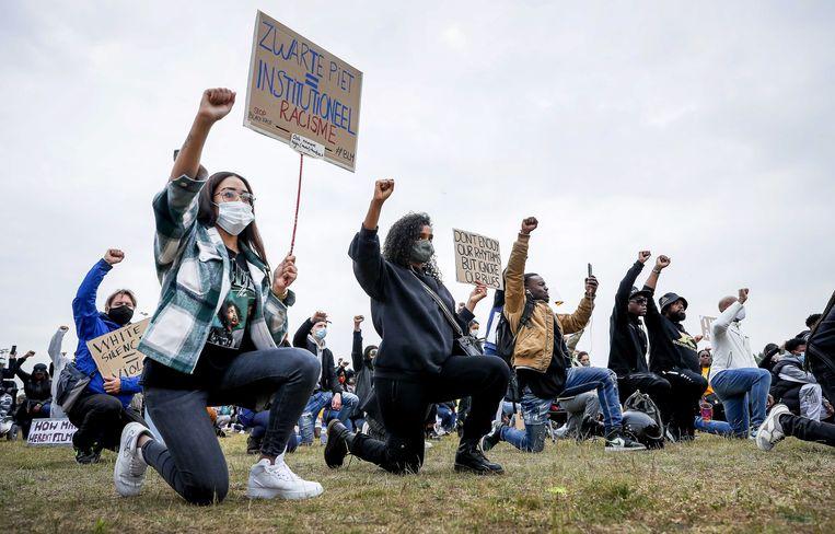 Demonstranten in 2020 tijdens een antiracismeprotest in het Nelson Mandelapark in Amsterdam. Beeld EPA