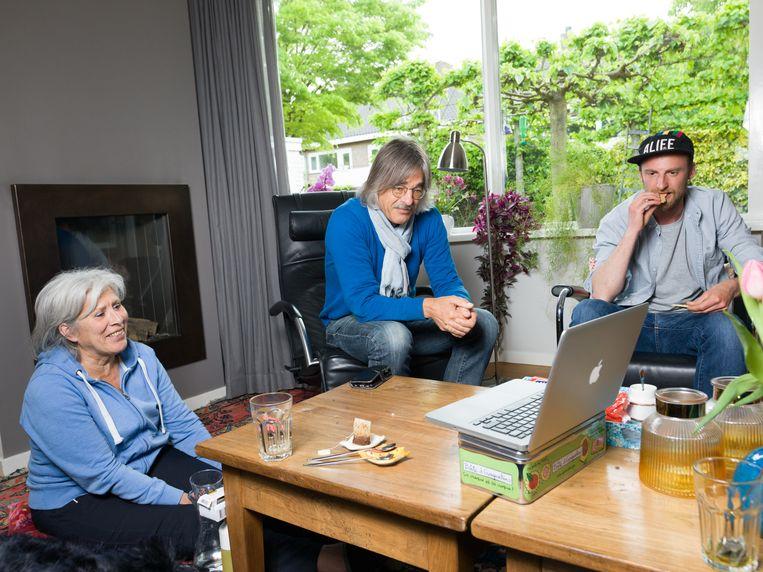 Filmer en regisseur Guido Hendrikx (rechts) op bezoek bij Jan le Pair en diens vrouw, bij wie hij in 2014 filmend aanbelde zonder iets te zeggen.  Beeld Ivo van der Bent