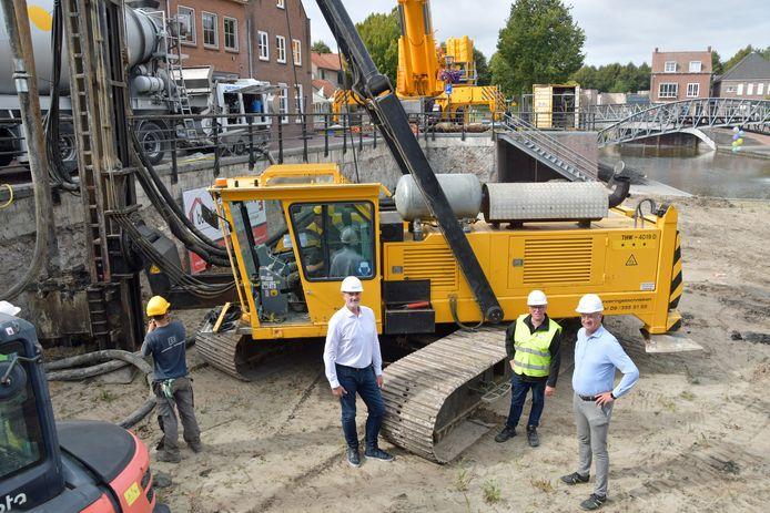 De eerste heipaal gaat de grond in voor de bouw van de nieuwe bioscoop in Hulst. De mannen die het mogelijk maken: Paul Morres, Patrick Hemelaar en Jos Goossen.