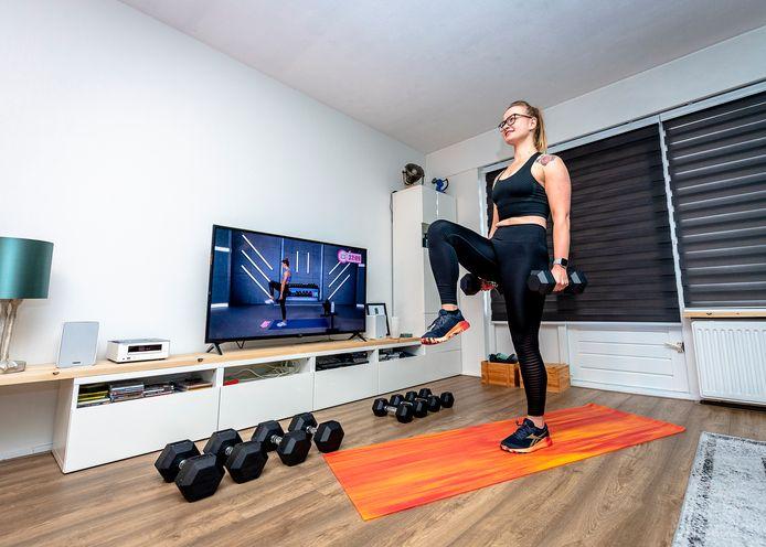 Anne de Jong traint via YouTube met Sydney tijdens de Corona thuis.