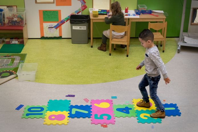 Jongetje die tijdens de lessen bezig is met beweging.