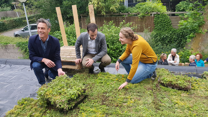Wethouder van der Geld (midden) krijgt uitleg van bewoonster Inge Leijten.  Links William de Kleijn van Waterschap Aa en Maas.