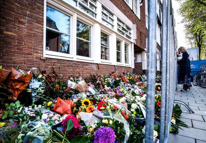 De bloemenzee bij het kantoor van de vermoorde Wiersum in september.