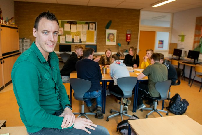 Patrick Scholing, docent op  Praktijkschool De Maat in Ommen, tijdens de les sociale vaardigheden.
