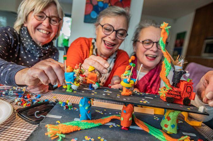 De zussen Stijn, Ans en Greetje Bierens: lekker fröbelen aan de keukentafel voor een Opstoet in miniatuurvorm.