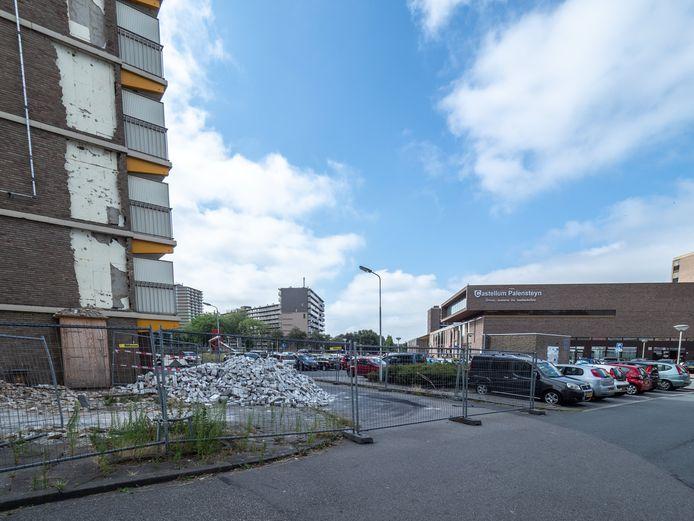 In 2018 haalde een sloper de flat aan de Jan van Beierenlaan neer. Op deze plek komt het nieuwe winkelcentrum.